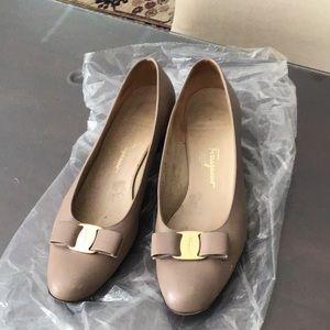 Ferragamo classic low heel pumps in grayish taupe